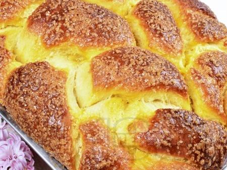 Домашен пухкав козунак със стафиди, орехи и суха мая в хлебопекарна - снимка на рецептата
